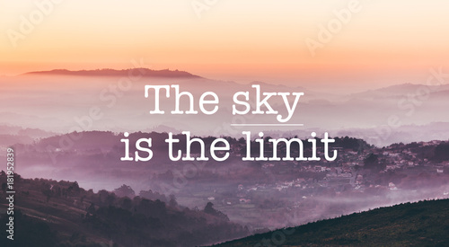 Photo The sky is the limit, foggy mountains background