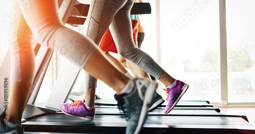 obrazek-ludzie-biega-na-karuzeli-w-gym