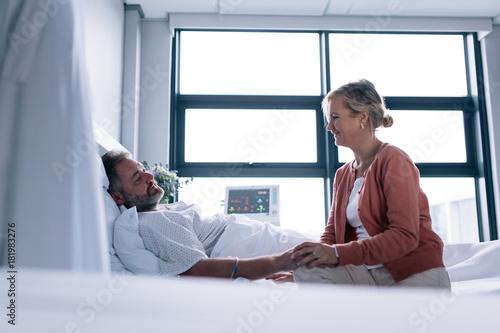 Woman visiting husband in hospital Fototapete