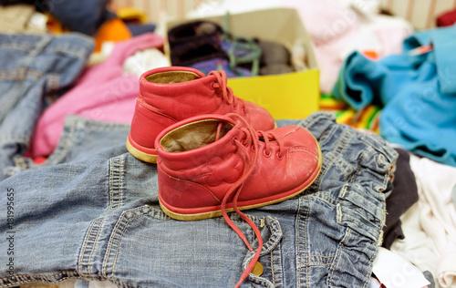 Gebrauchte rote Schuhe für Kinder in einem Second Hand Laden Wallpaper Mural