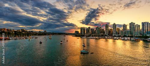 Cuadros en Lienzo Shoot from above the beautiful twilight in metropolis near the ocean