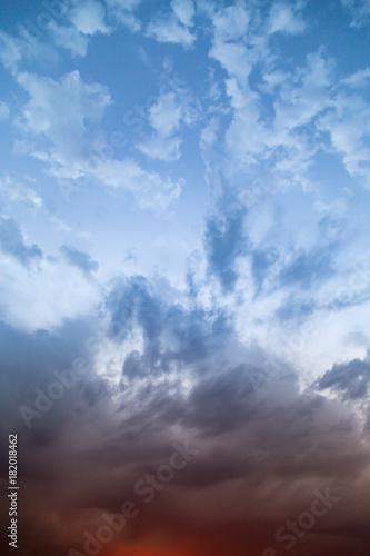chmury-na-niebie-o-zachodzie-slonca-jako-tlo