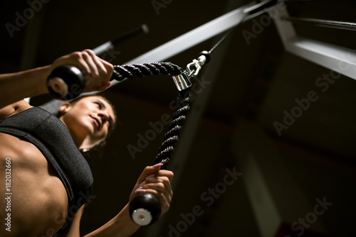 Foto op Plexiglas Fitness A girl trains in the gym.