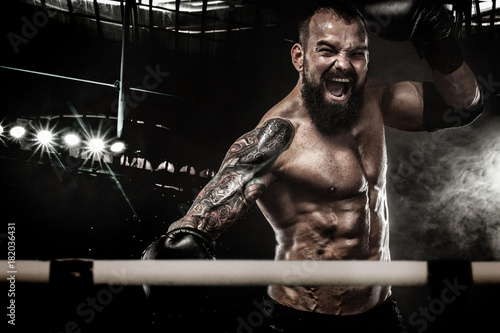 Photo  Sportsman muay thai boxer fighting in boxing ring