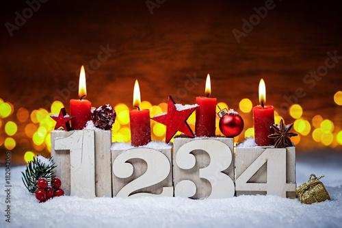 Valokuva  Vierter Advent Kerzen mit Zahlen dekoriert weihnachten Aventszeit schnee holz hi