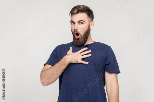 Photo Indignation man looking at camera with shocked face