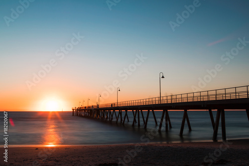 Photo Sunset view with clear sky at Glenelg jetty, Adelaide, Australia