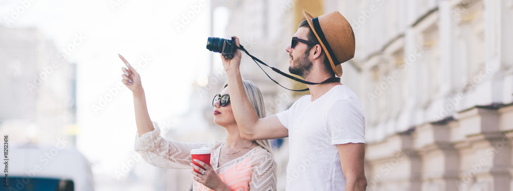 Fototapeta sightseeing travel. tourists take photos during their holiday. family vacation. beautiful architecture concept