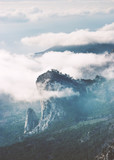 Góry Skaliste szczyt urwisko i chmury mglisty Krajobraz Podróż widok z lotu ptaka spokojne mgliste krajobrazy - 182146815