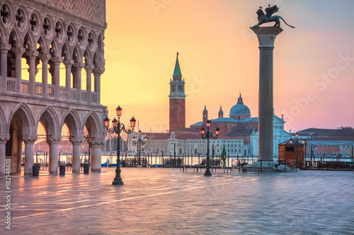 Poster Venise Venice. Cityscape image of St. Mark's square in Venice during sunrise.