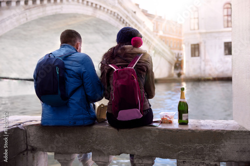 Poster Bordeaux A couple of backpackers traveling sitting and relaxing with champagne next to a canal in europe