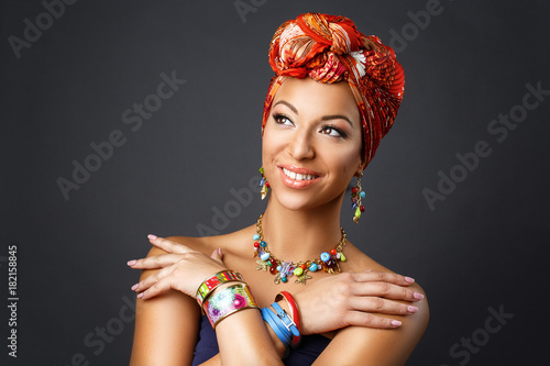 Fotografia beautiful mulatto young woman with turban on head