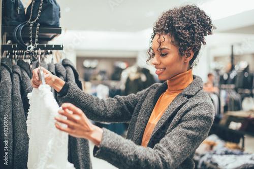 Zdjęcie XXL Czarna młoda kobieta robi zakupy w sklepie
