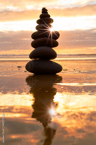Photo sur Plexiglas Zen pierres a sable Balance at sunset