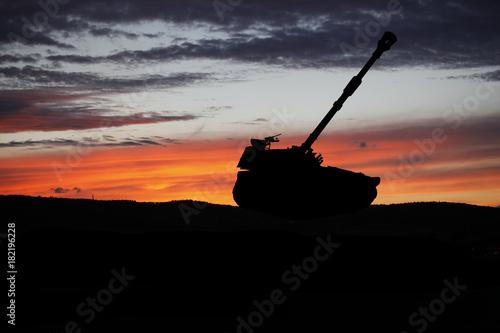 Plakat Koncepcja wojny. Militarna cysternowa sylwetki scena na nieba tle