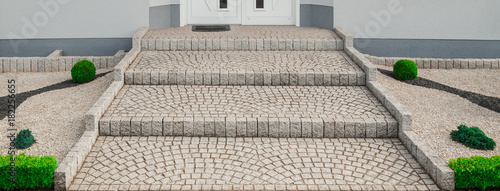 Photo Breite Treppe Außentreppe aus Granit Pflaster im Vorgarten - Wide outside stairc