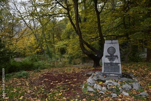 Fotomural  Petit monument commémoratif sous la nature en automne ,au parc Josaphat à Schaer