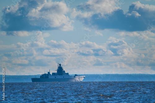 Plakat Okręt wojenny na horyzoncie. Krążownik.