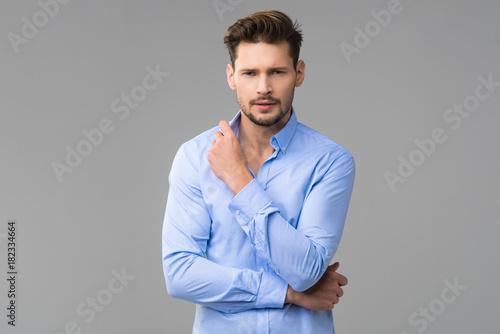 Plakat Szczęśliwa przystojna mężczyzna odzieży błękitna koszula