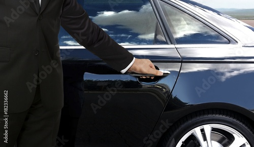 Photographie Driver hand opening car door