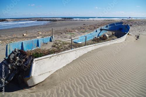 Fotografie, Obraz  砂地と廃船