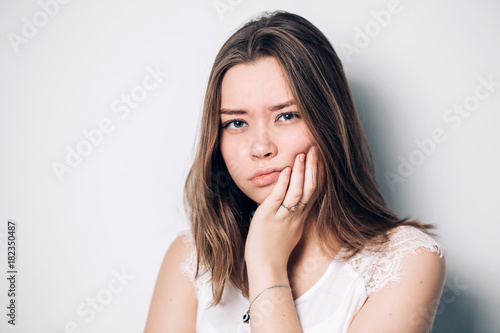 Fotografia  unhappy woman feel pain on her teeth isolated on white background,