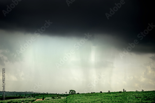 Photo Heavy cloudy and rain storm on the mountain