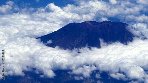Deurstickers Vulkaan Vulkankrater Agung in Bali ist über den Wolken