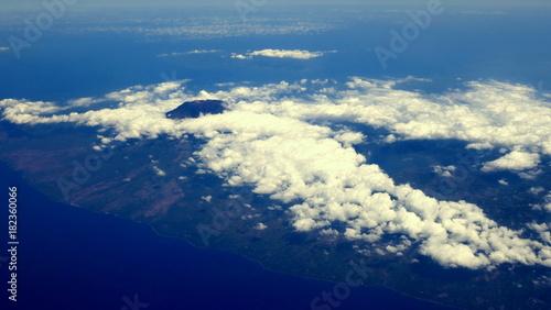 Tuinposter Vulkaan Vulkan Agung in Bali ist über den Wolken