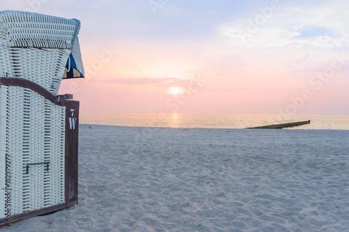 Strandkorb sonnenuntergang  Strandkorb und Sonnenuntergang am Meer – kaufen Sie dieses Foto und ...
