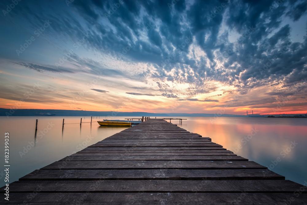 Fototapety, obrazy: Zachód słońca nad jeziorem z łodziami i drewnianym molem