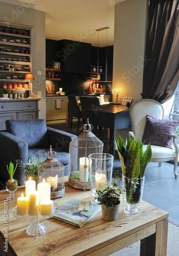 Salon cosy avec fauteuil bleu gris et table en bois et cuisine noire ...