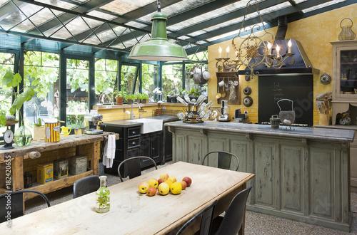 Cuisine installée dans un jardin d\'hiver d\'une ancienne ...