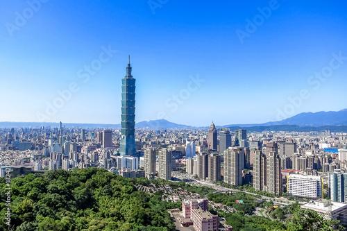 Fototapeta premium Widok z lotu ptaka na miasto Tajpej i wieżowiec Tajpej 101, stolica Tajwanu