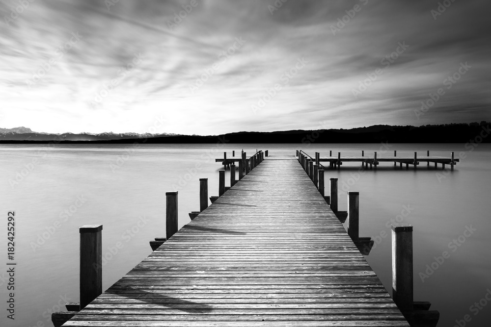 Fototapeta Bootsanleger am Starnberger See, Bayern, Langzeitbelichtung in schwarzweiß