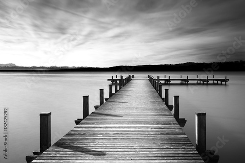 molo-w-lake-starnberg-bawaria