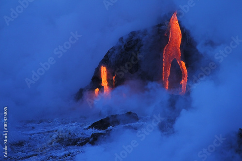 Photo sur Toile Volcan Lava flows from the Kilauea volcano