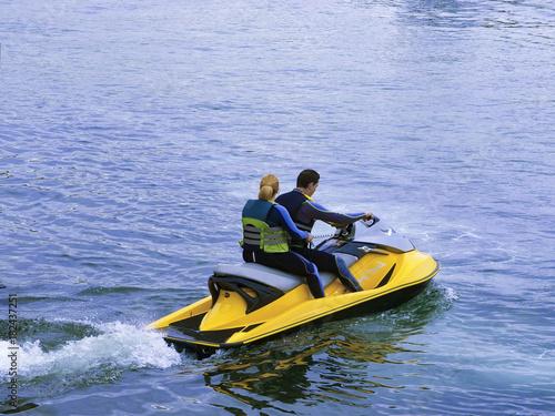 Poster Water Motor sports Deporte de pareja joven en moto acuática