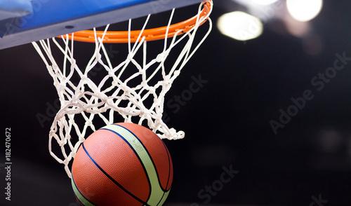 Cuadros en Lienzo scoring during a basketball game - ball in hoop
