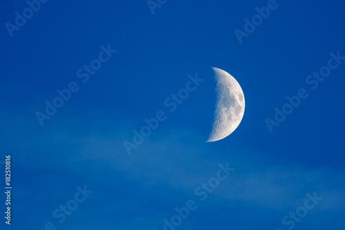 Fase de la luna en cuarto creciente. – kaufen Sie dieses Foto und ...