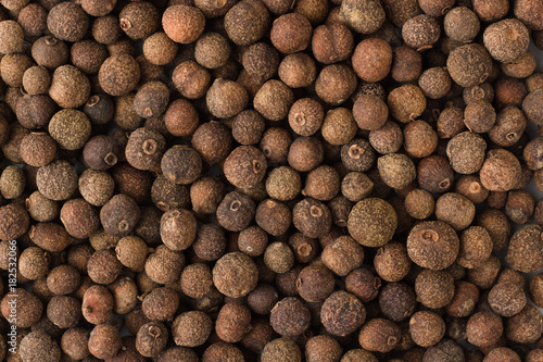 Papel de parede allspice spice as a background, natural seasoning texture