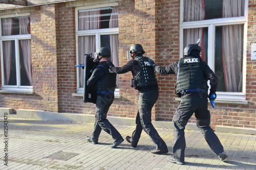 Fotografía  tueur tuerie simulation exercice Police urgence secours ambulance blesses arme A