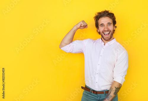 Valokuva Cheerful man showing bicep