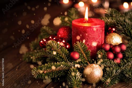 Fotografering Adventskerze mit Weihnachtsschmuck und Schnee