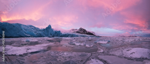 Foto op Aluminium Nachtblauw Beautiful iceberg lagoon in fjallsarlon with frozen floes, winter panoramic landscape