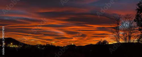 Photo Tramonto spettacolare e drammatico nel cielo del nord Italia
