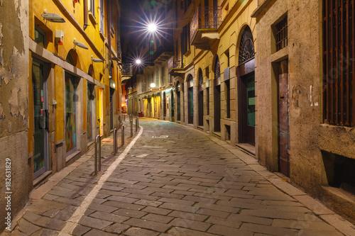 typowy-krajobraz-ulicy-noca-we-wloszech