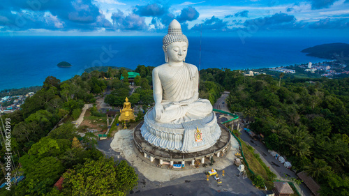 In de dag Temple blue sky and blue ocean are on the back of Phuket Big Buddha.
