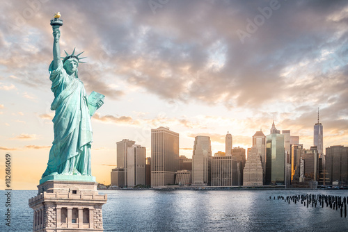 Foto  The Statue of Liberty with Lower Manhattan background in the evening at sunset,
