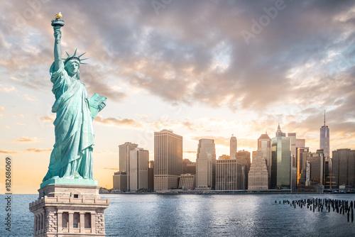 Obraz na dibondzie (fotoboard) Statua Wolności z lower manhattan tłem w wieczór przy zmierzchem, punkty zwrotni Miasto Nowy Jork, usa